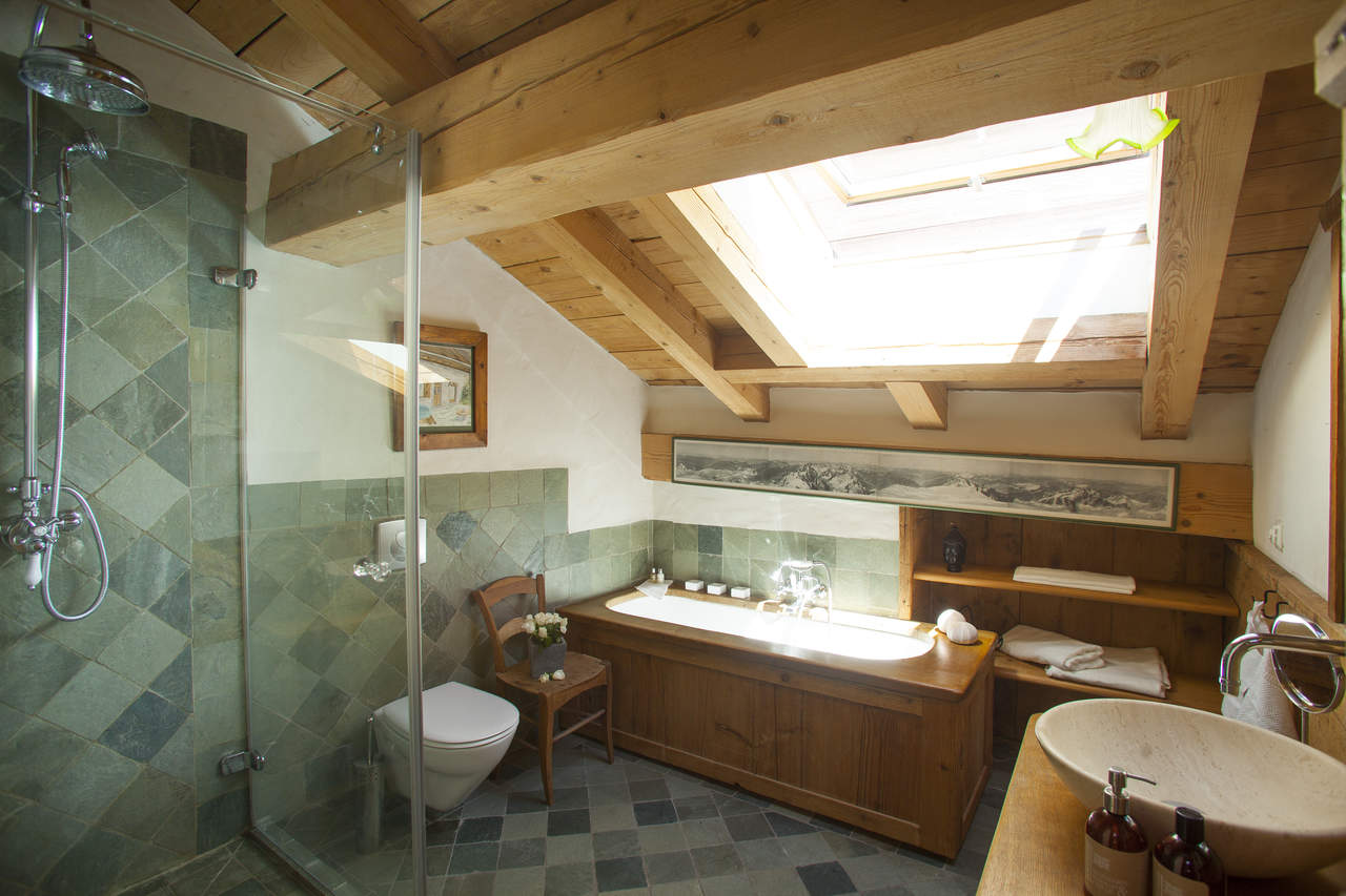 Chalet bonne zarre contemporary barn conversion a minutes walk to the chamonix centre - Arredo bagno montagna ...